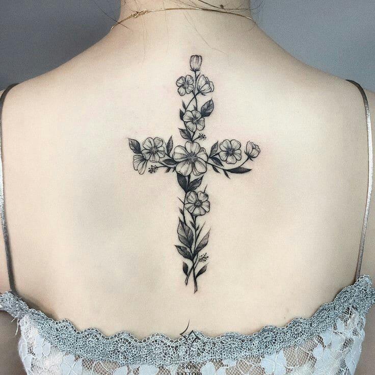 tatuajes de cruces con flores en la espalda
