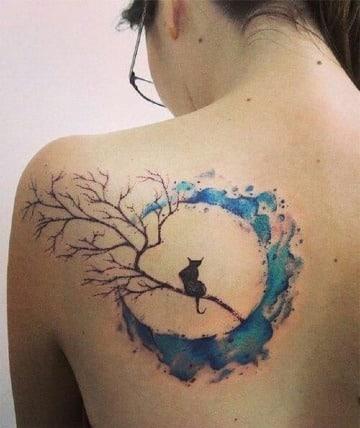 tatuajes de gatos y lunas en la espalda