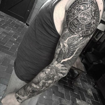 tatuajes de guerreros mayas en el brazo