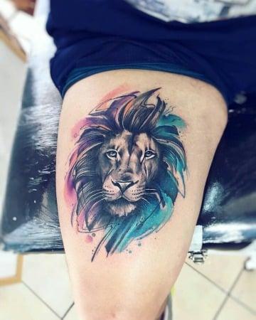 tatuajes de leones a color en la pierna
