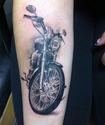 tatuajes de motos en el brazo para mujeres