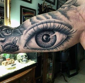 tatuajes de ojos realistas en el brazo