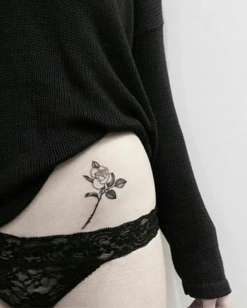 tatuajes de rosas en la cadera pequeños