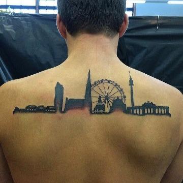 fotos de tatuajes de paisajes en la espalda
