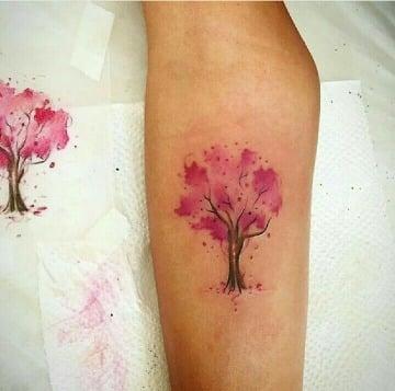 tatuajes en el brazo de arboles a color