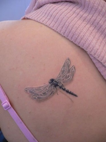 diseños de tatuajes de libelulas en el hombro