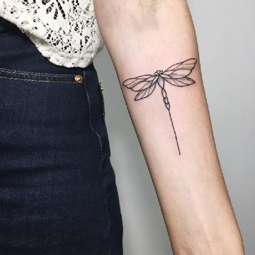 imagenes de tatuajes de libelulas en el antebrazo