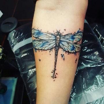 tatuajes de libelulas a color para hombres