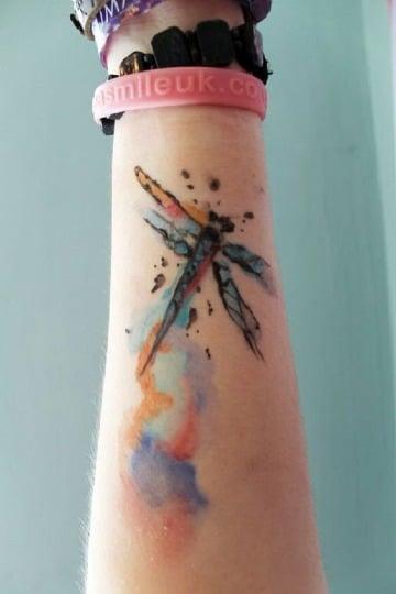 tatuajes de libelulas a color para mujeres