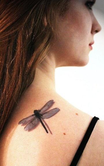 tatuajes de libelulas en la espalda en 3d