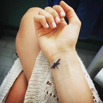 tatuajes de libelulas pequeñas en la muñeca