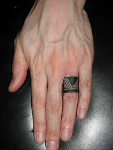 fotos de tatuajes de anillos para hombres