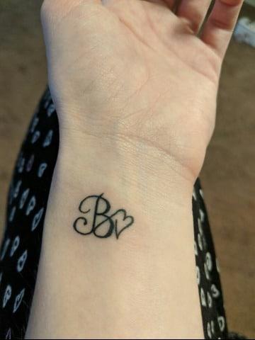 imagenes de tatuajes de iniciales para mujeres