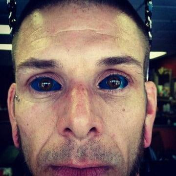 ojos tatuados por dentro hombre