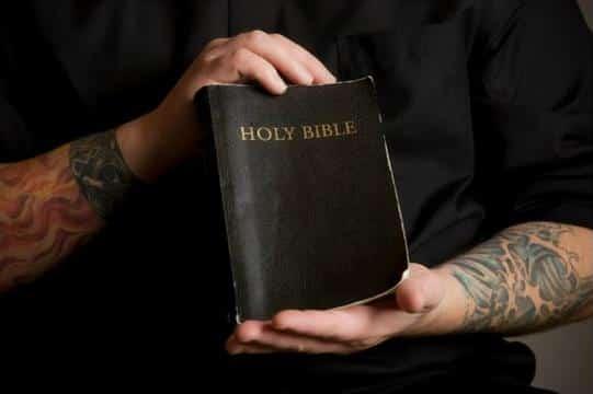 que dice la biblia sobre los tatuajes y piercing