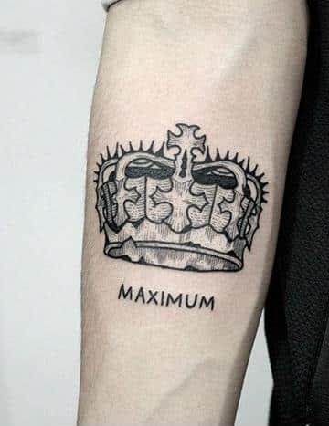 tatuajes de coronas para hombres en el antebrazo