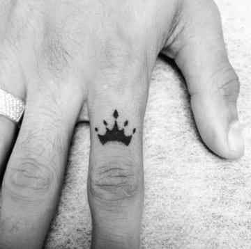 tatuajes de coronas para hombres en la mano