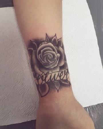 diseños de tatuajes de nombres con rosas