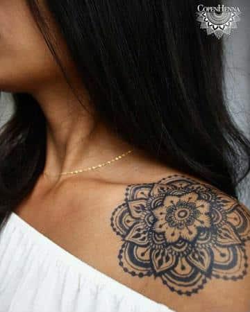 tatuajes de mujer en el hombro mandala