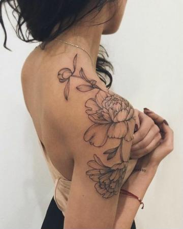 tatuajes de mujer en el hombro rosas