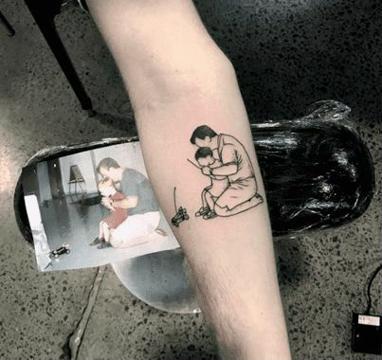 tatuajes de padre e hijo abrazando