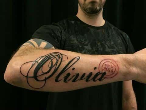 tatuajes en el antebrazo nombres letra cursiva