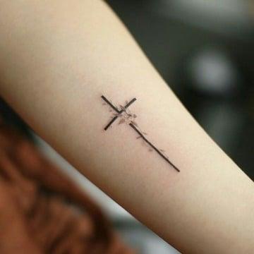 delicados tatuajes de cruces en el brazo