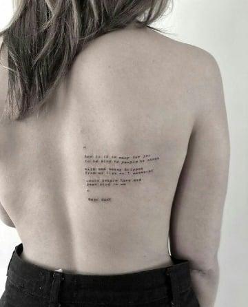 diseños de tatuajes de letras en la espalda