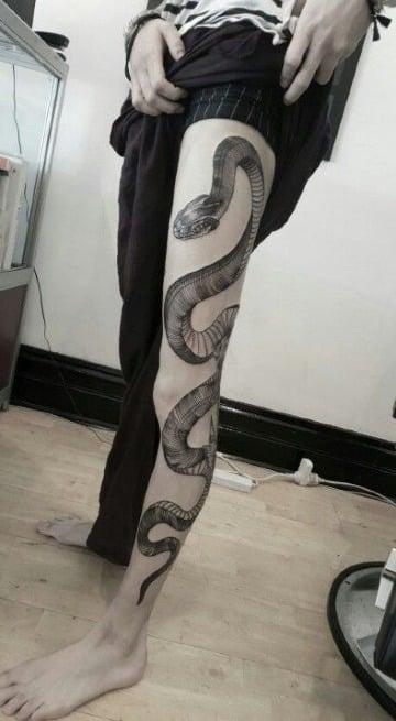diseños de tatuajes de serpientes en la pierna