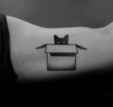 tatuajes de gatos para mujer en el brazo