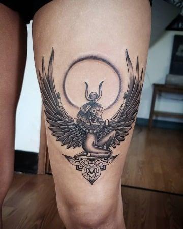tatuajes de la diosa del amor en la pierna