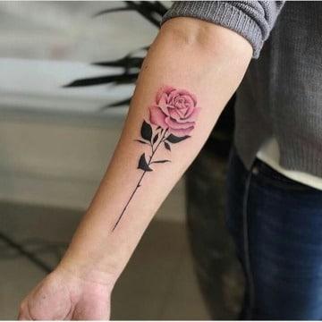 tatuajes de rosas en el brazo mujer