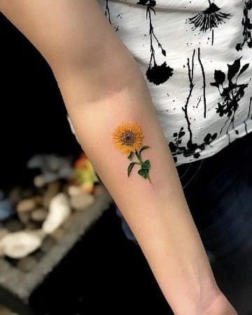 los mejores tatuajes de girasoles en el brazo