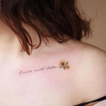 tatuajes con flores y letras mujer
