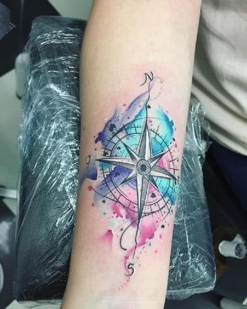 tatuajes de brujulas a color en el antebrazo
