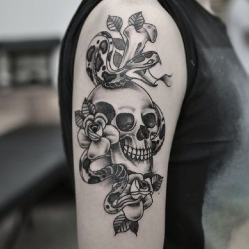 tatuajes de calaveras con serpientes en el brazo