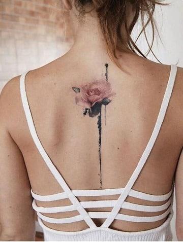 tatuajes de flores en la espalda mujer