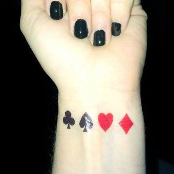 tatuajes de naipes de poker en la muñeca