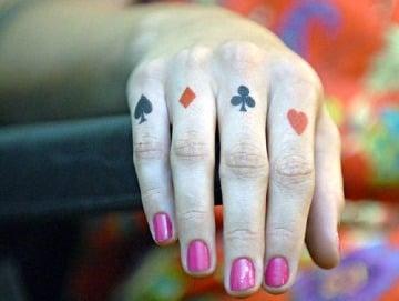 tatuajes de naipes de poker en los dedos