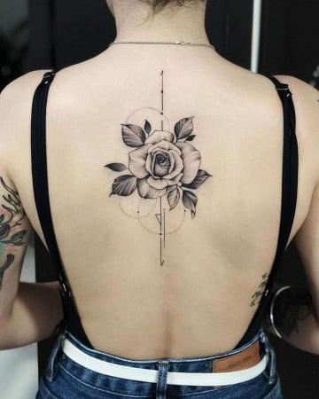 fotos de tatuajes de rosas en la espalda