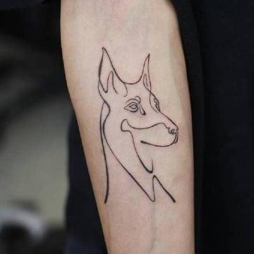 tatuajes de perros doberman en el antebrazo