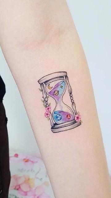 tatuajes de reloj de arena en el antebrazo