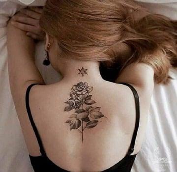 tatuajes de rosas en la espalda mujer