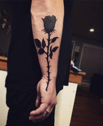 tatuajes de rosas negras para hombres