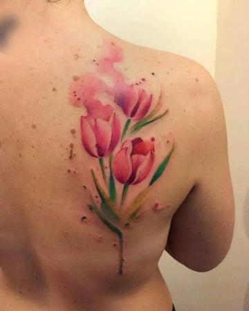 tatuajes de tulipanes en la espalda hombres