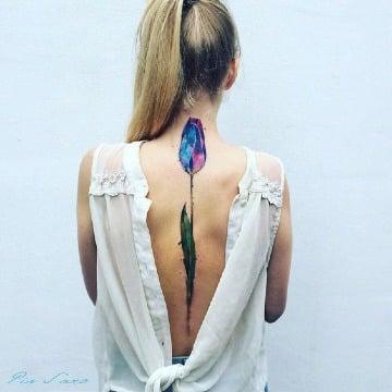 tatuajes de tulipanes en la espalda mujeres