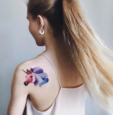 tatuajes de unicornios a color en la espalda