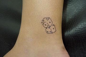 fotos de tatuajes de dados para mujeres
