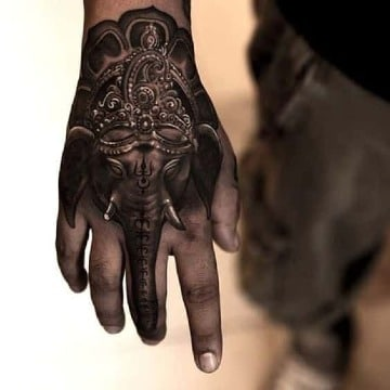 fotos de tatuajes de elefante en la mano