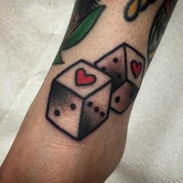 imagenes de tatuajes de dados para mujeres